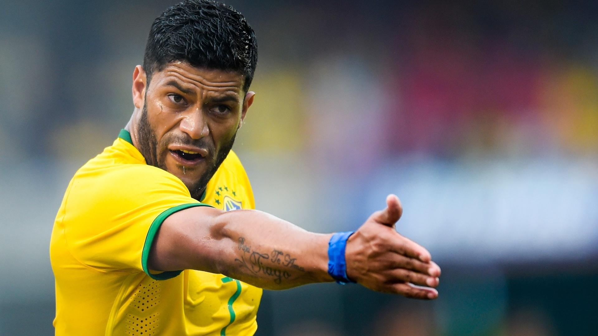 Hulk gesticula durante partida amistosa entre Brasil e Sérvia, no estádio do Morumbi
