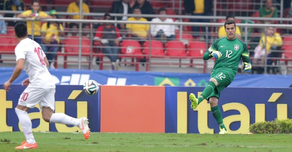 Julio Cesar repõe bola em jogo, durante primeiro tempo de Brasil e Sérvia, amistoso no Morumbi