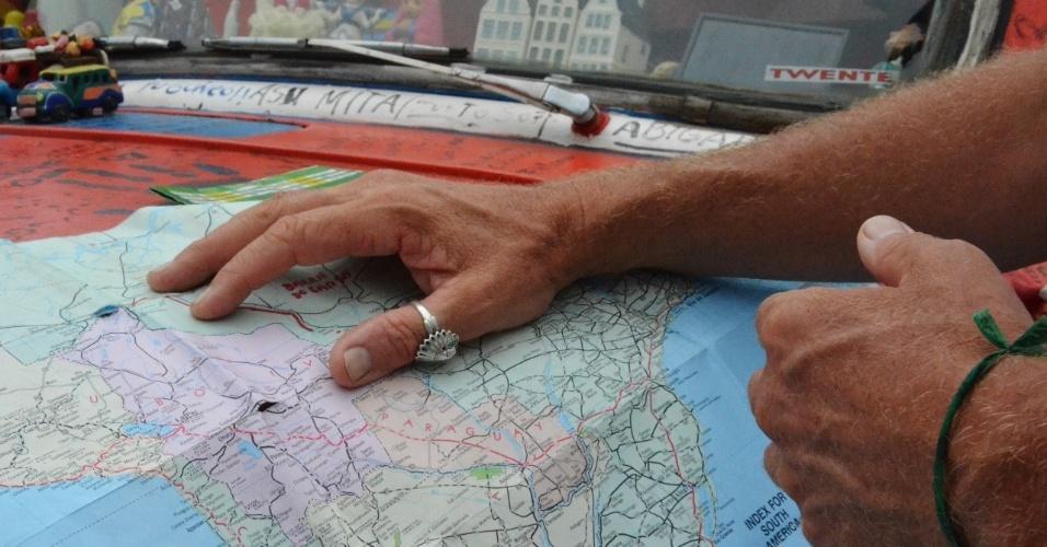 No mapa em papel, a viagem foi traçada pelo holandês