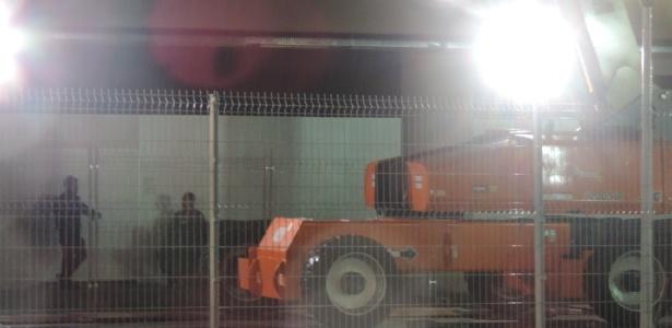 Painel da Fifa é instalado na fachada de entrada da Arena da Baixada, em Curitiba