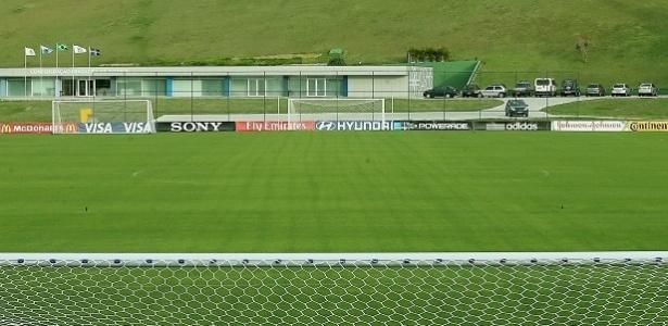 Placas de patrocinadores da Fifa foram colocadas ao redor do campo da Granja Comary na sexta