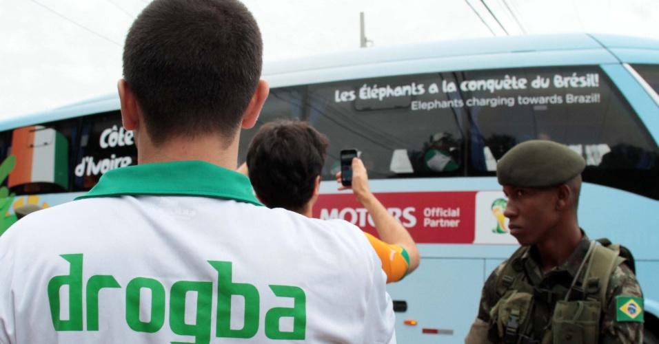 Torcedor com a camisa de Drogba acompanha a chegada da seleção da Costa do Marfim ao Brasil, nesta sexta-feira. A equipe chegou ao Aeroporto de Viracopos, na cidade de Campinas, e enfrentará Colômbia, Grécia e Japão como adversários da primeira fase