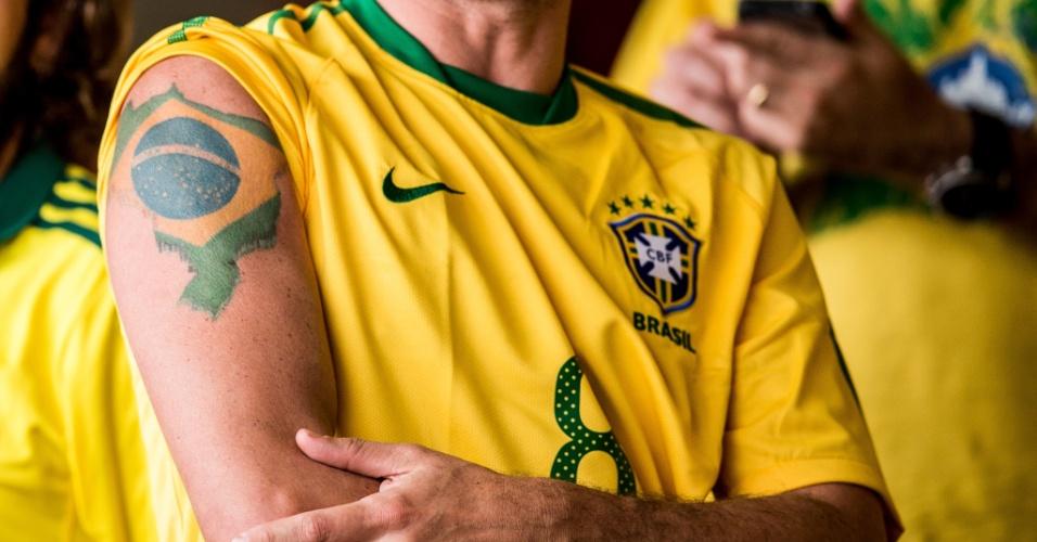 Torcedor exibe tatuagem com mapa do Brasil, antes de amistoso entre Brasil e Sérvia, no Morumbi