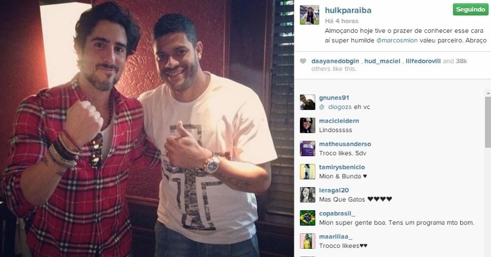 07.jun.2014 - O atacante Hulk almoçou com o apresentador Marcos Mion na folga da seleção brasileira