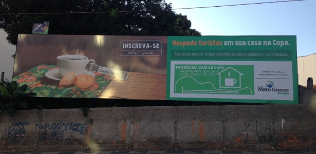 """Outdoor em rua de Cuiabá faz parte do plano de divulgação do programa """"Cama e café"""", que oferece quartos para turistas em casas da região"""