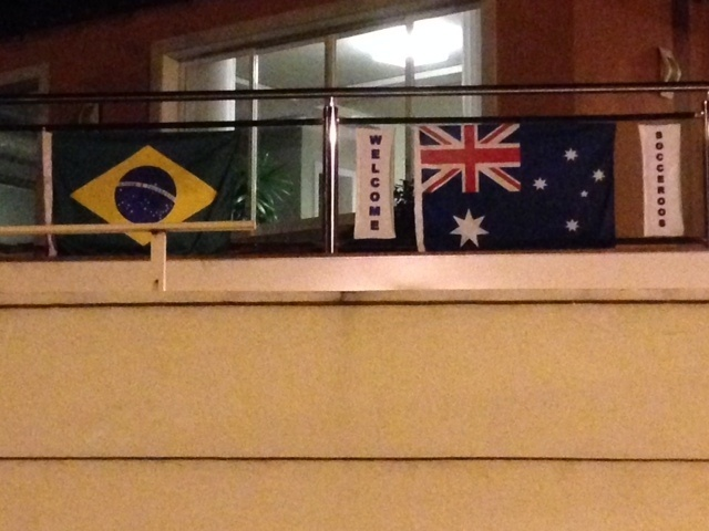 A Austrália recebeu o incentivo dos moradores de uma rua em Vitória. A seleção australiana tem a difícil missão de se classificar em um grupo que tem Espanha, Holanda e Chile