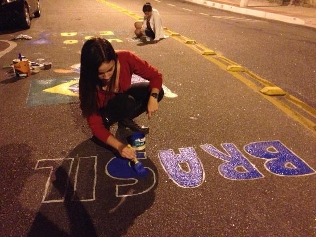 A rua pintada é a Renato Nascimento Carneiro e fica próxima ao hotel onde o time da Austrália está hospedado.