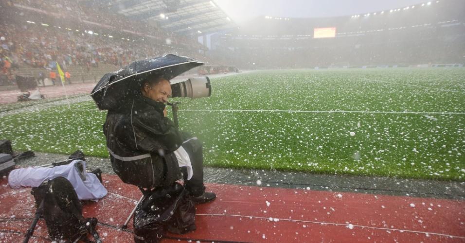 Amistoso entre Bélgica e Tunísia é paralisado por conta de uma forte chuva de granizo que cai na região do estádio Roi Baudouin, em Bruxelas