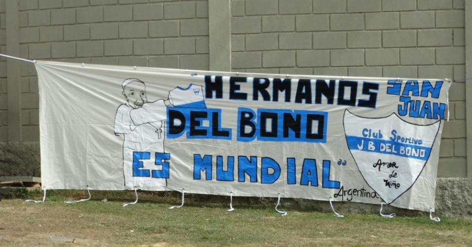 Até o Papa Francisco foi lembrado em faixa colocada por torcedores no CT onde a Argentina vai se preparar durante a Copa