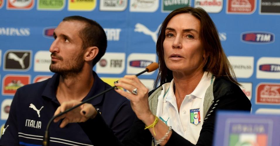 Barbara Moschini, chefe de comunicação da seleção da Itália, apresenta Giorgio Chiellini, em Mangaratiba