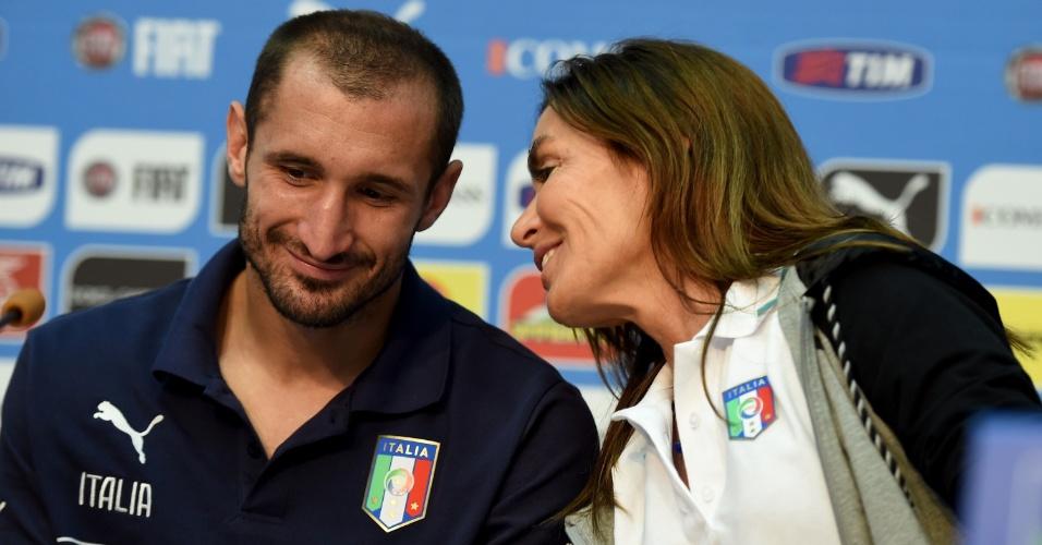 Barbara Moschini, chefe de comunicação da seleção da Itália, conversa com Giorgio Chiellini, em Mangaratiba