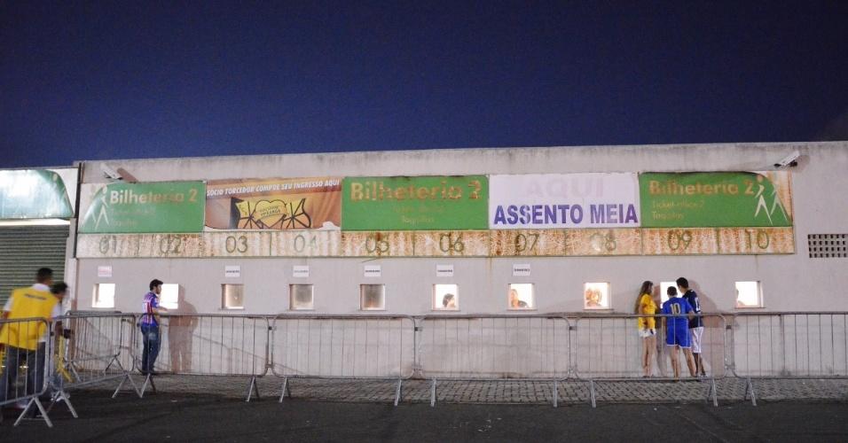 Bilheteria do estádio Pituaçu vazia uma hora antes do início do amistoso