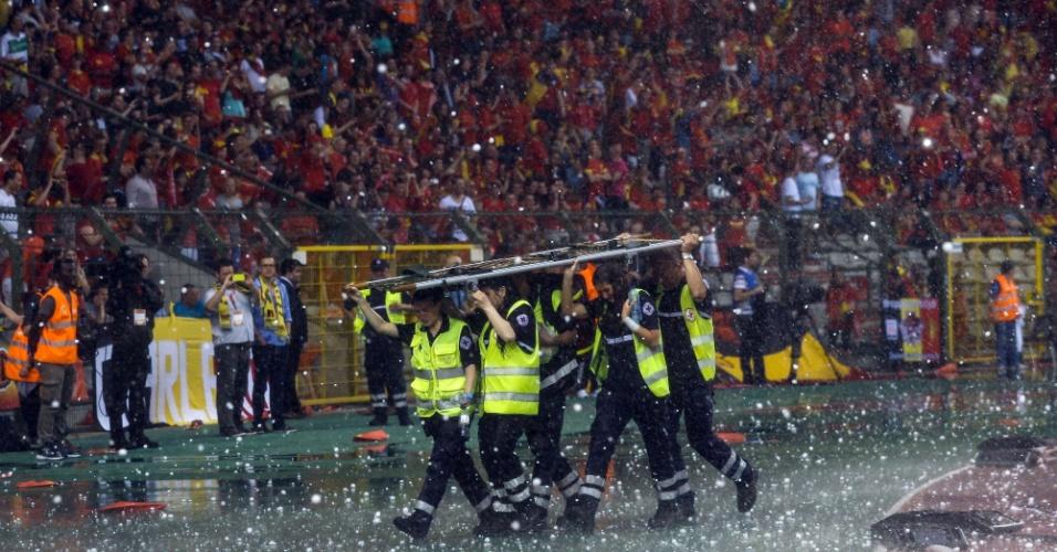 Chuva de granizo paralisa amistoso entre Bélgica e Tunísia, disputado no estádio Roi Baudouin, em Bruxelas