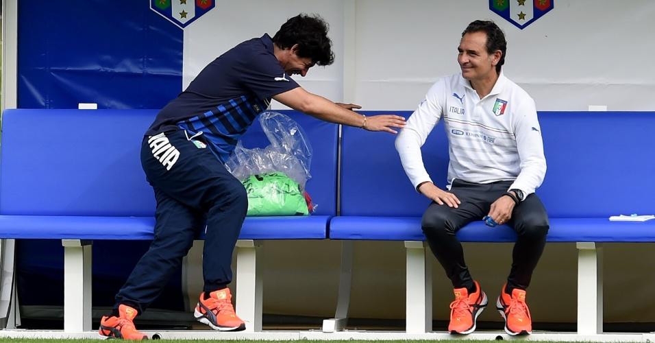 Demetrio Albertini (à esq.), vice-presidente da federação de futebol da Itália, e o técnico Cesare Prandelli se divertem durante sessão de treinos em Mangaratiba, no Estado do Rio de Janeiro