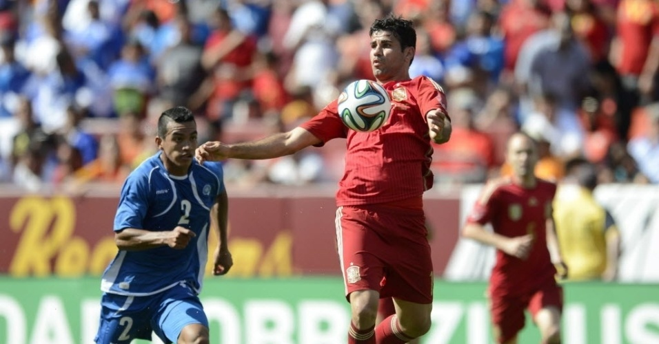 Diego Costa mata a bola no peito durante amistoso da Espanha contra El Salvador
