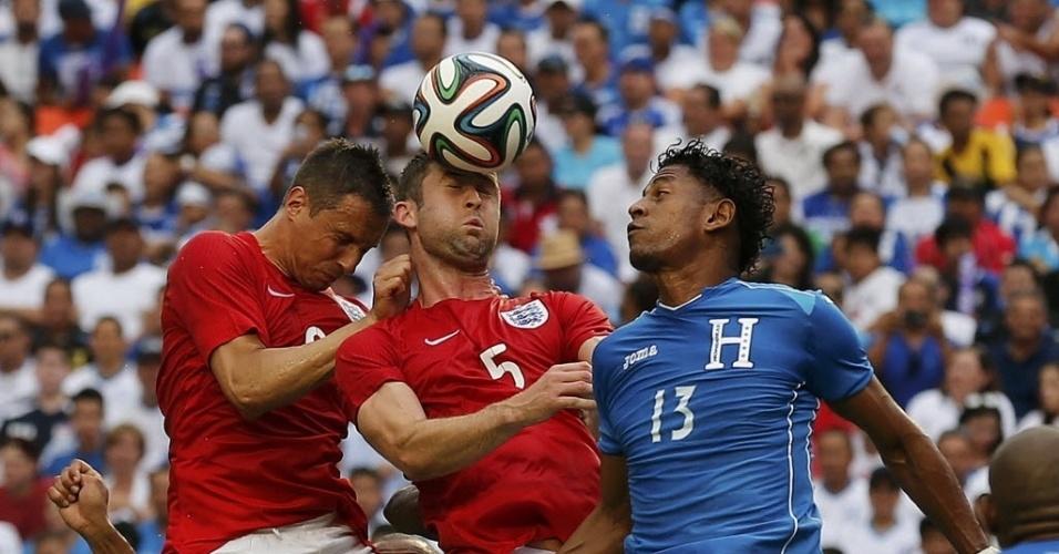 Gary Cahill, Phil Jagielka e Carlo Costly disputam bola aérea em amistoso entre Inglaterra e Honduras