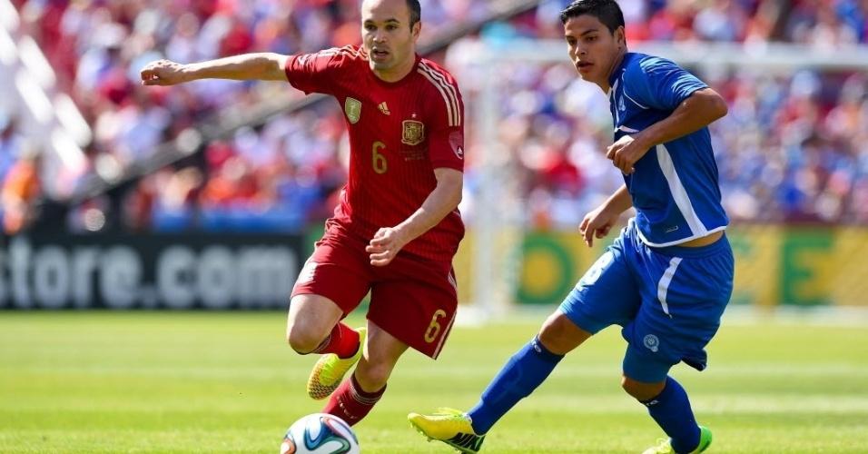 Iniesta passa pela marcação durante amistoso contra El Salvador, nos Estados Unidos