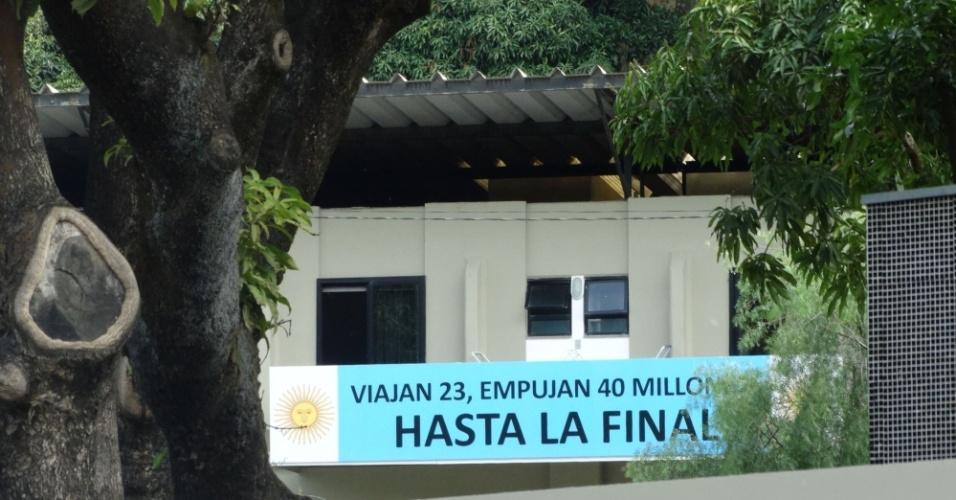 """Jogadores da seleção argentina serão recebidos com frases de incentivo: """"Viajam 23, mas 40 milhões empurram até a final"""""""