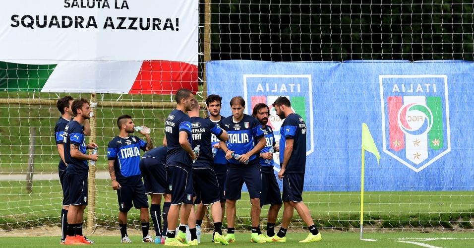 Jogadores da seleção da Itália descansam em sessão de treinos no Portobello, na cidade fluminense de Mangaratiba