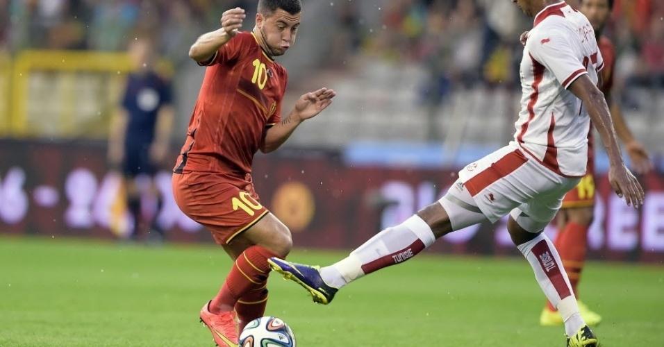 Meia belga Eden Hazard corta marcação de Issam Jemaa, da Tunísia