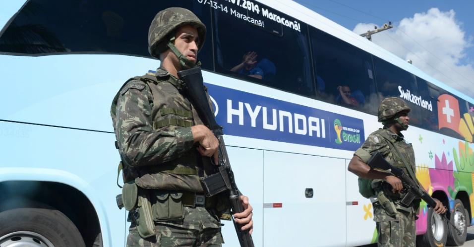 Militares fazem segurança de ônibus da delegação da seleção Suíça, em chegada ao hotel em Porto Seguro