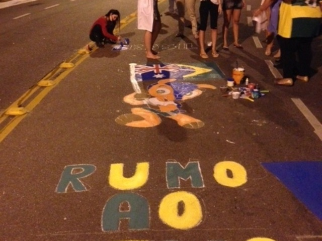 Moradores de Vitória pintam a rua com os temas da Copa do Mundo