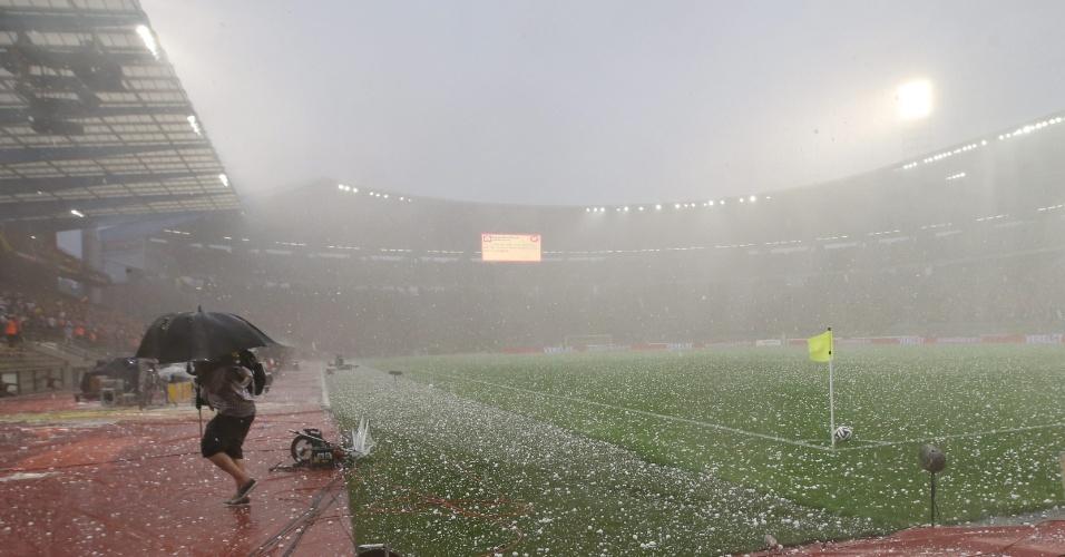 Uma forte chuva de granizo interrompe amistoso entre Bélgica e Tunísia, no estádio Roi Baudouin, em Bruxelas