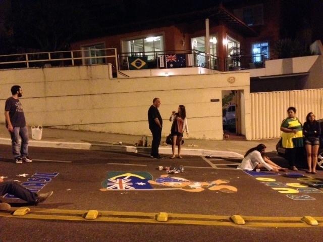 Vizinhos se uniram para pintar a rua com homenagens ao Brasil e à Austrália