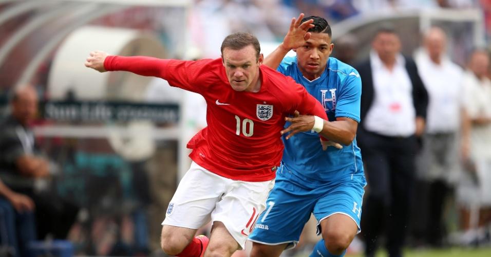 Wayne Rooney briga para escapar da marcação em amistoso contra Honduras