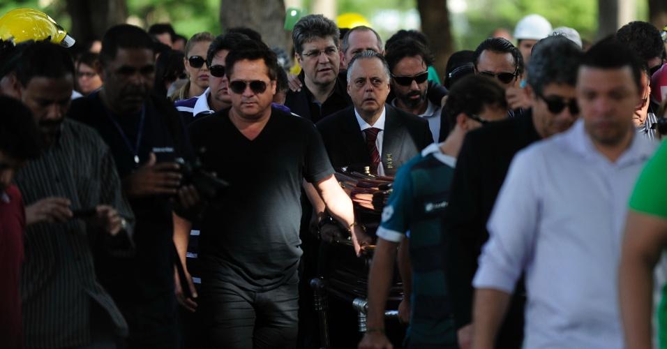 08.jun.2014 - Cantor sertanejo Leonardo (de preto na direita) ajuda a carregar o caixão de Fernandão no enterro do ex-jogador em Goiás