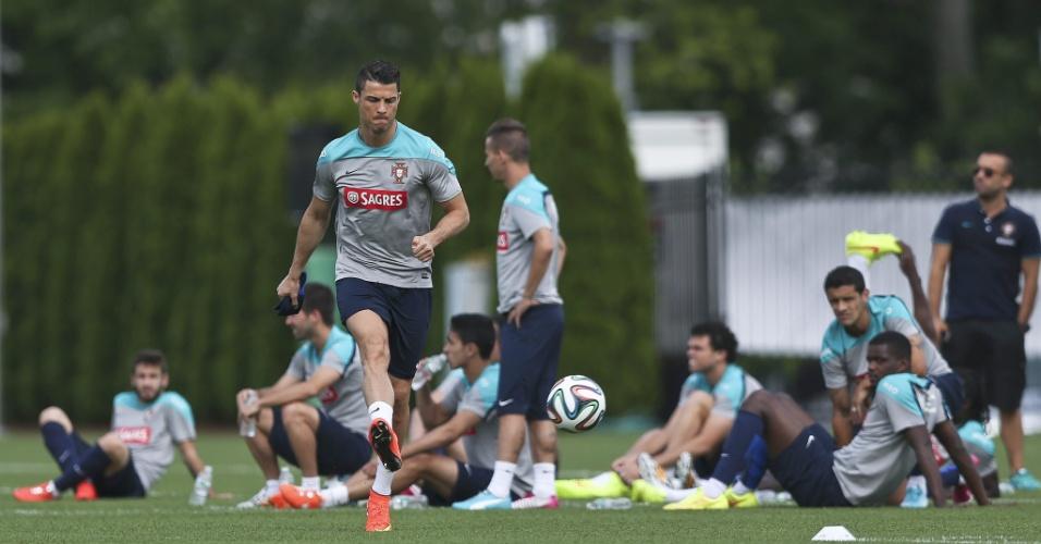 08.jun.2014 - Cristiano Ronaldo treina com bola nos Estados Unidos visando estreia na Copa do Mundo