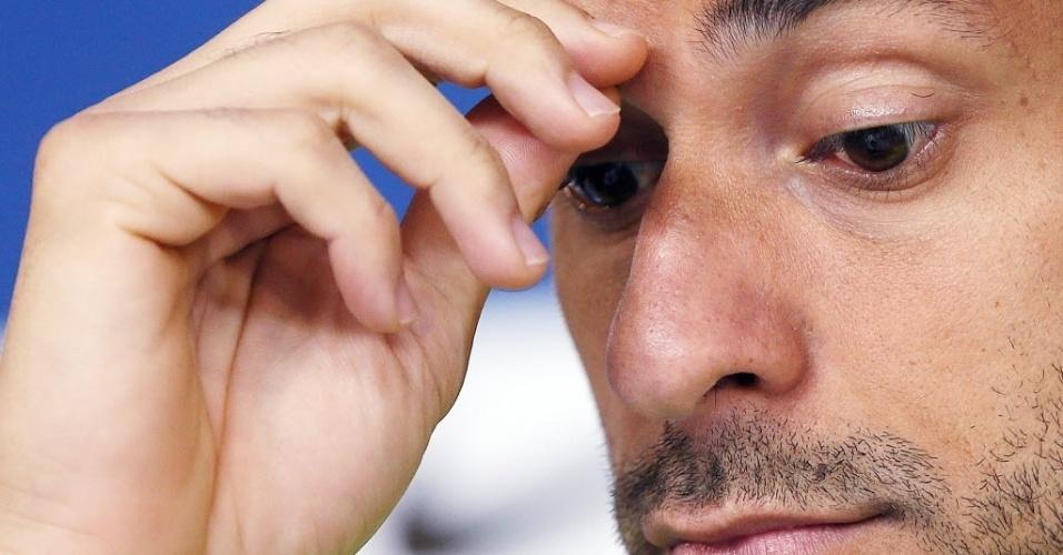 08.jun.2014 - Fred coça a cabeça durante entrevista coletiva na Granja COmary, em Teresópolis