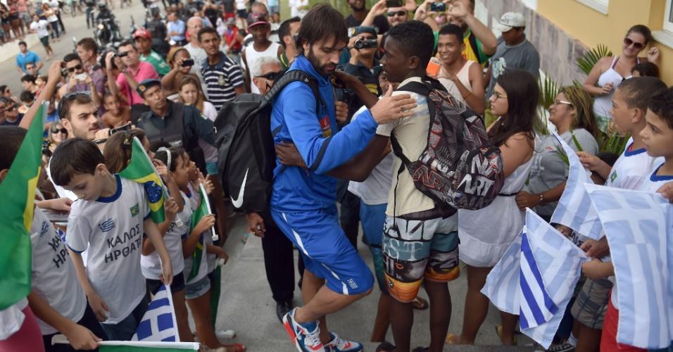 08.jun.2014 - Giorgos Samaras, da Grécia, é abraçado por jovem torcedor, em chegada da seleção grega em Aracaju