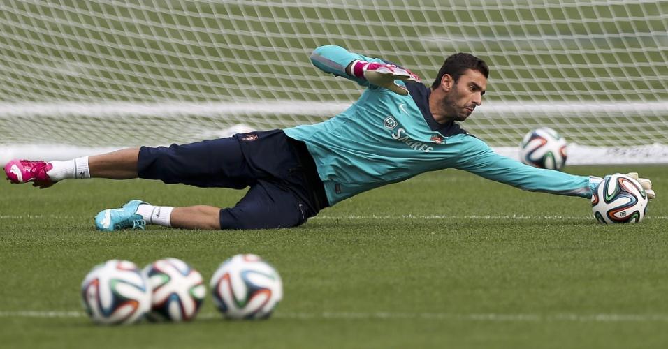08.jun.2014 - Goleiro Rui Patrício se estica para defender bola durante treinamento da seleção portuguesa nos Estados Unidos