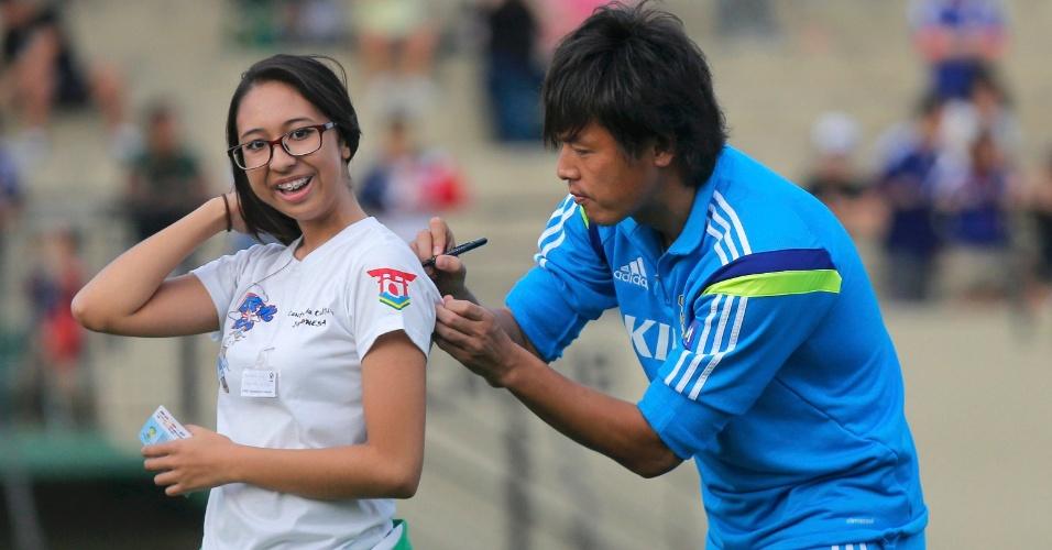 08.jun.2014 - Japonês Endo autografa camisa de torcedora durante treinamento em Sorocaba