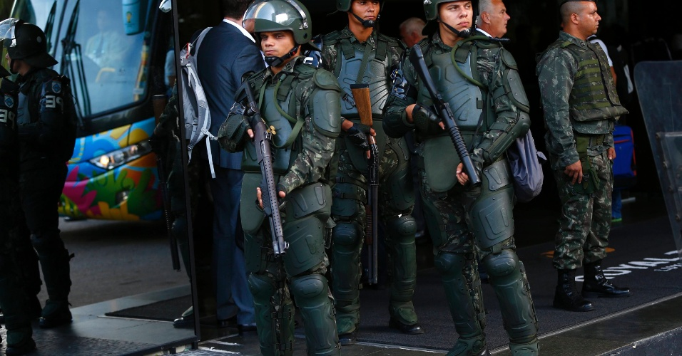 08.jun.2014 - Jogadores da Inglaterra chegam a hotel no Rio de Janeiro escoltados por homens fortemente armados