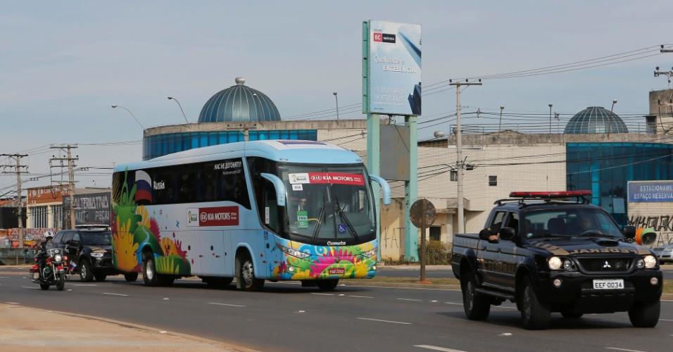 08.jun.2014 - Ônibus com Rússia chega em Itu, onde a seleção treinará no Estádio Novelli Júnior durante a Copa