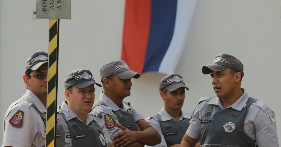 08.jun.2014 - PMs fazem a segurança do Estádio Novelli Júnior, em Itu, local escolhido pela Rússia como centro de treinamentos para a Copa do Mundo