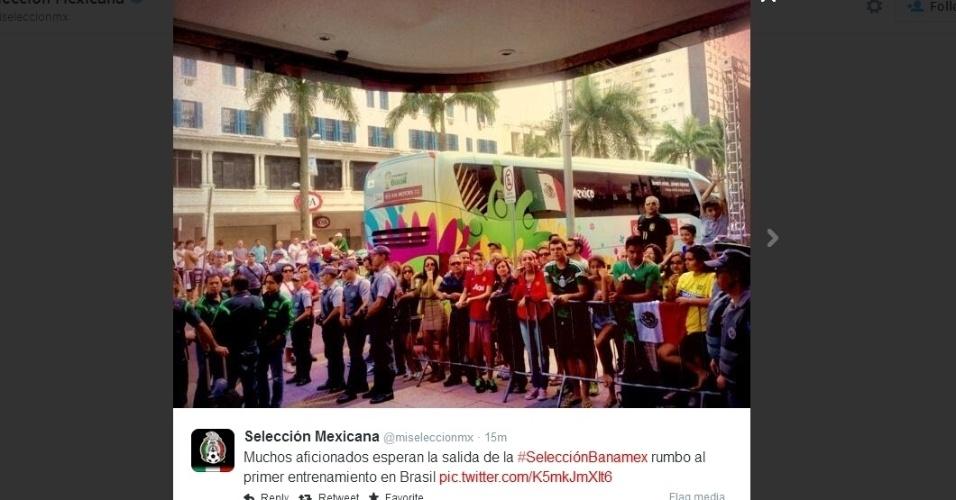 08.jun.2014 - Torcedores aguardam saída da seleção do México para treinamentos em Santos