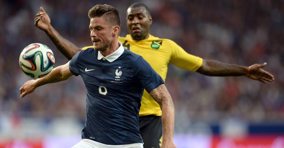 Atacante Giroud protege a bola da marcação em amistoso entre França e Jamaica
