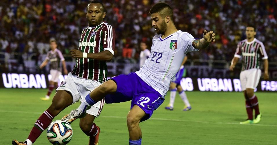 Atacante Insigne recebe a marcação de Chiquinho em amistoso entre Itália e Fluminense, em Volta Redonda