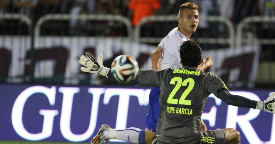 Atacante italiano Immobile bate na saída do goleiro Felipe, do Fluminense, em amistoso em Volta Redonda