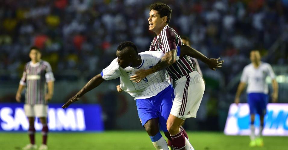 Balotelli recebe marcação forte do zagueiro Fabrício em amistoso entre Itália e Fluminense