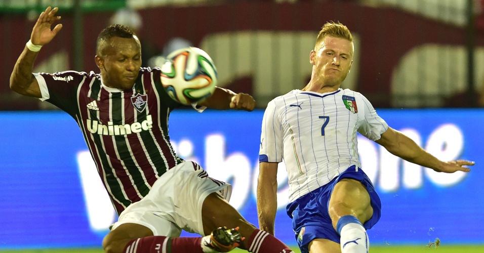 Chiquinho divide bola com o lateral direito italiano Abate em amistoso realizado em Volta Redonda