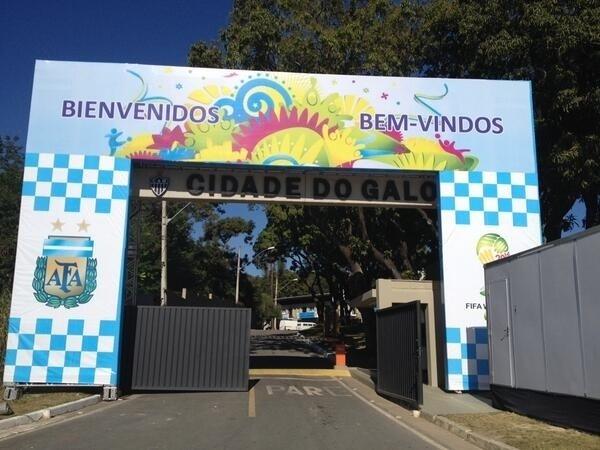 08.jun.2014 - Cidade do Galo tem banner gigante com mensagem para a seleção da Argentina