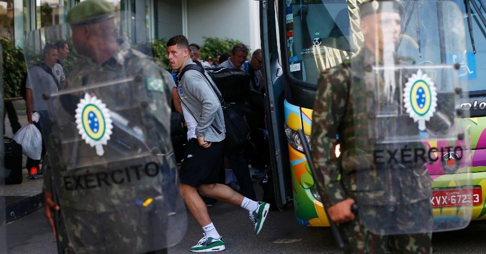 08.jun.2014 - Com escolta do exército brasileiro, Ross Barkley, da seleção da Inglaterra, desembarca em hotel no Rio de Janeiro