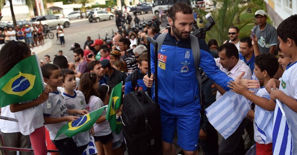 08.jun.2014 - Dimitris Salpingidis, da Grécia, cumprimenta crianças na chegada da seleção grega em Aracaju