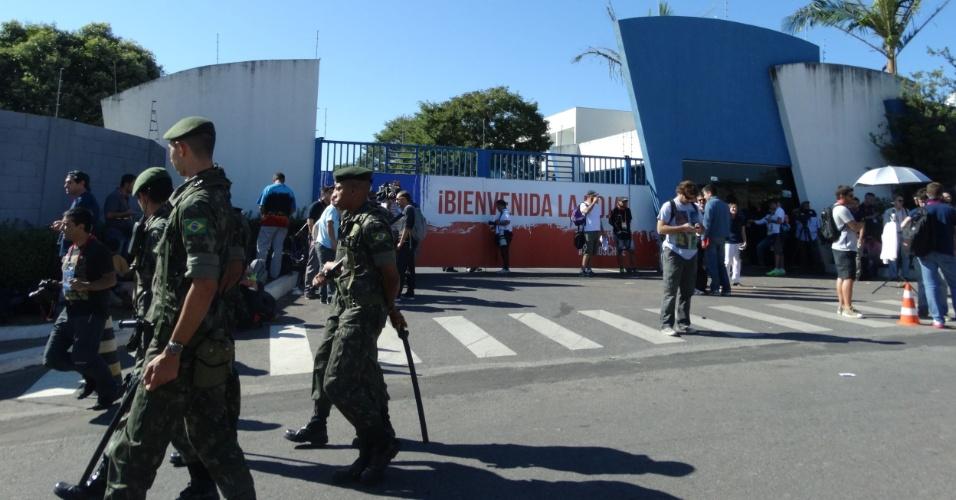08.jun.2014 - Exército marcou presença no treino do Chile em Belo Horizonte