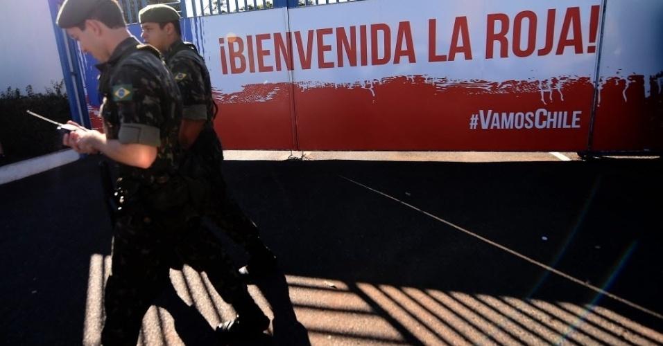 Exército reforça a segurança da seleção do Chile na Toca da Raposa, em Belo Horizonte