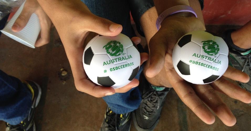 Federação Australiana de Futebol distribui bolas de espuma para crianças